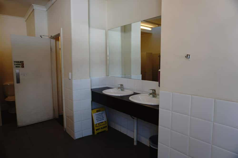 Double Room, 1 Queen Bed, Shared Bathroom - Bathroom