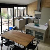 Cottage located in Wray Avenue - In-Room Dining