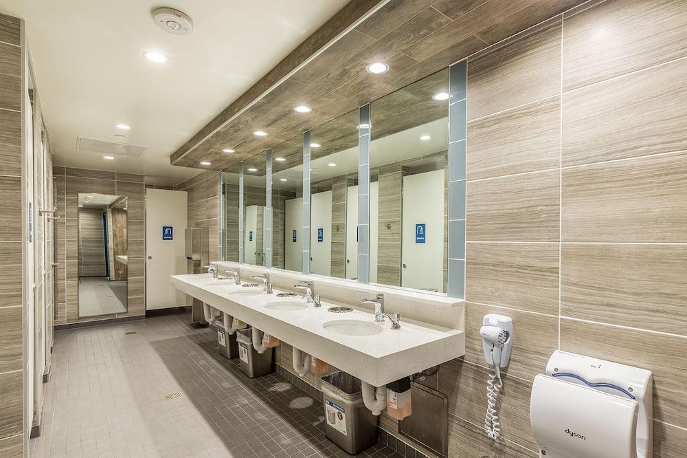 Κρεβάτι Ξενώνα, Μόνο για άντρες - Μπάνιο