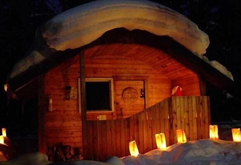HI-Mosquito Creek Hostel, Bow Lake, Hotel Front – Evening/Night