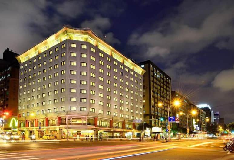 六福客棧, 台北市, 飯店入口 - 夜景