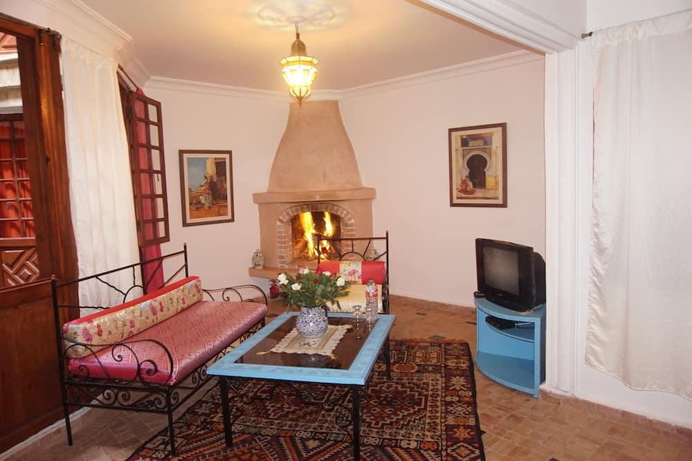 Deluxe Suite, 1 Queen Bed - Living Area
