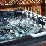 Linda's Bear Lodge (with 2 Full Size Beds) - Außen-Whirlpool