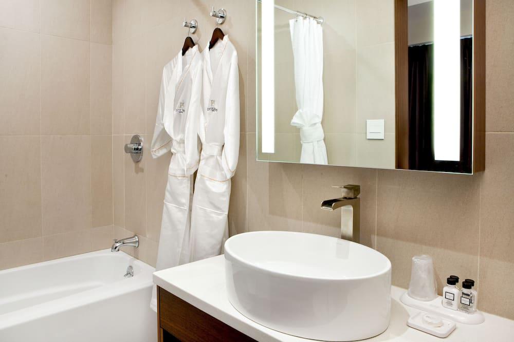 Suite, 1 Queen Bed - Bathroom