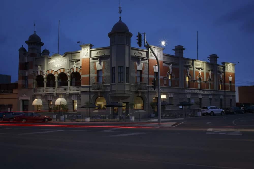 Apgyvendinimo įstaigos fasadas vakare