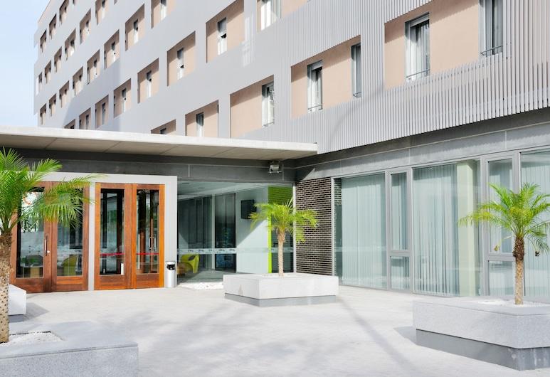 Residencia Universitaria Damià Bonet, Valencia, Entrada de la propiedad