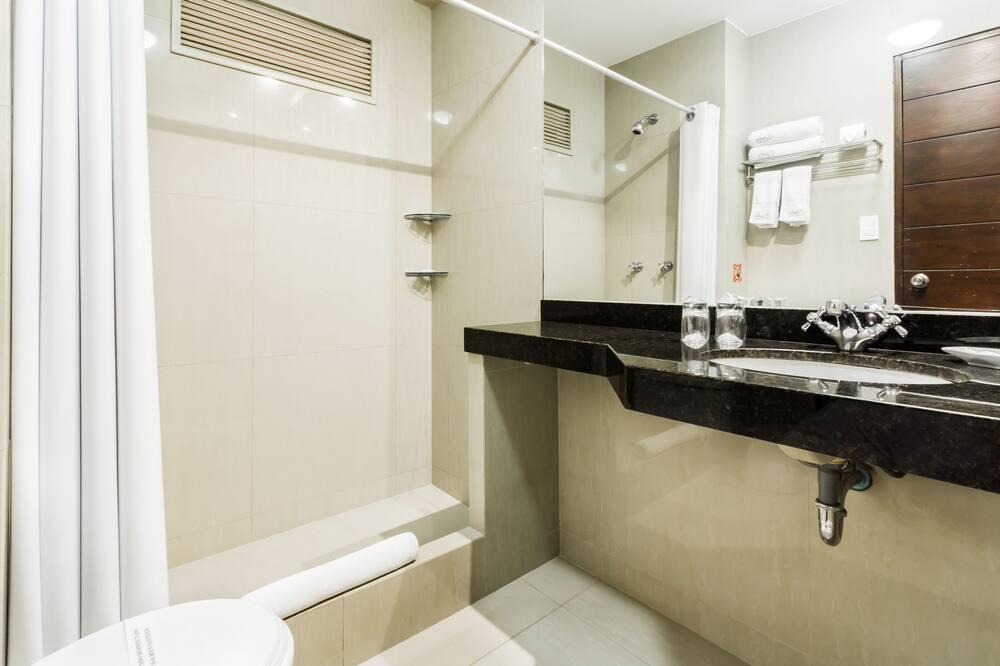 Standard szoba két külön ággyal, 2 egyszemélyes ágy, kilátással a városra - Fürdőszoba