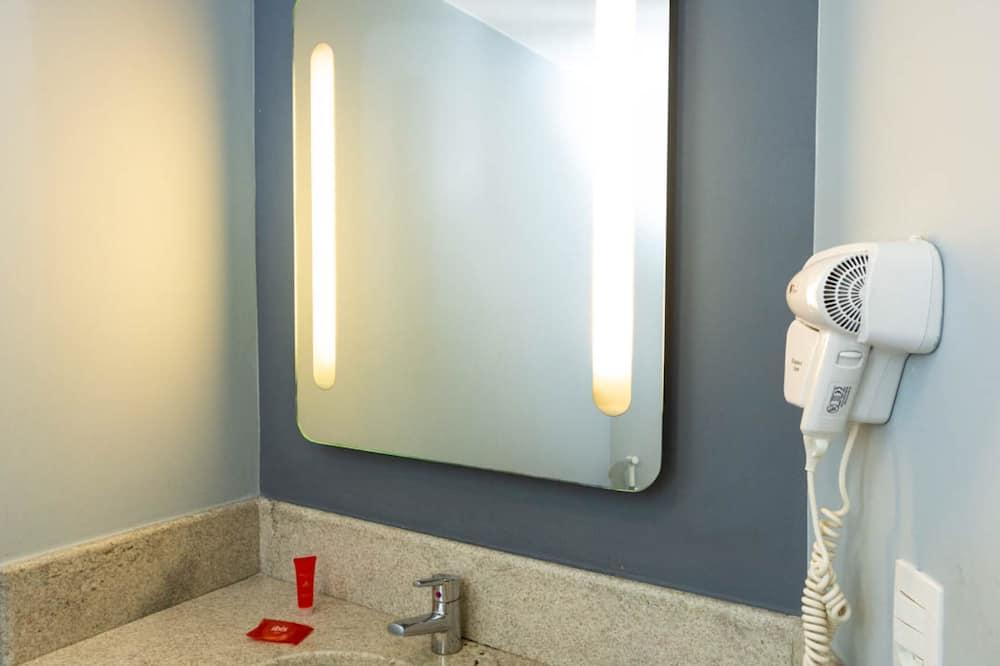 Standard szoba kétszemélyes ággyal, több ágy - Fürdőszoba