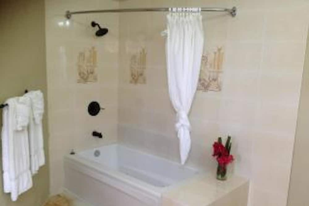 Chambre, vue jardin - Salle de bain