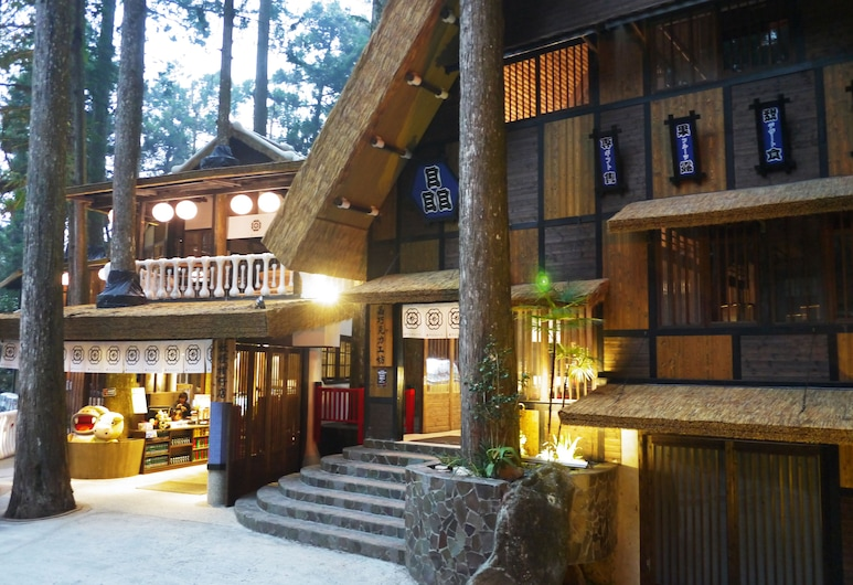 Monster Village Hotel, Luku, Fassaad õhtul/öösel