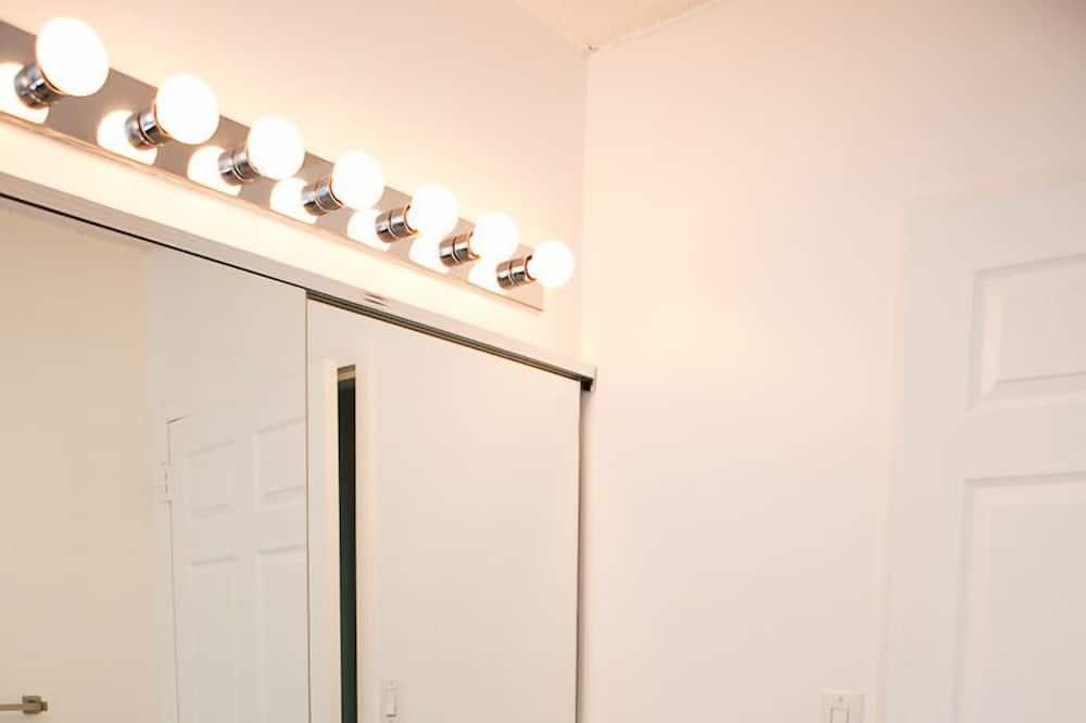 Deluxe Double Room, 2 Bedrooms - Bathroom