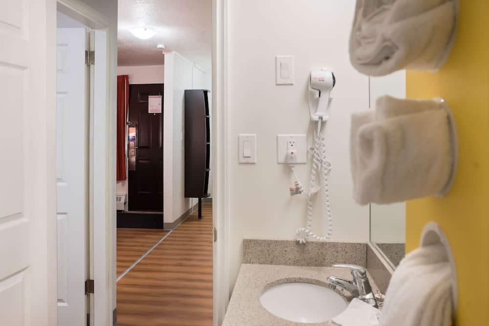 Deluxe tuba, 1 ülilai voodi, suitsetamine keelatud, külmkapp ja mikrolaineahi - Vannituba