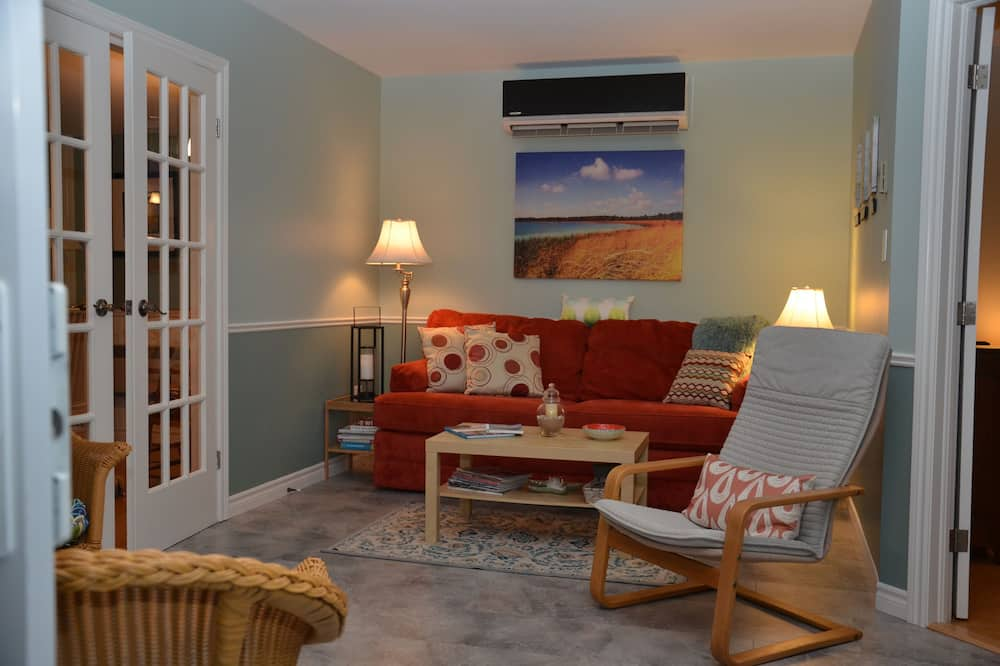 Luxury Cottage, 2 Bedrooms, Patio, Bay View (Near Beach) - Living Room