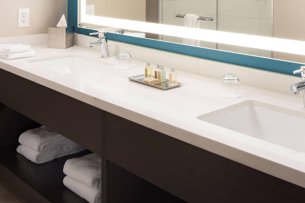 Deluxe-Zimmer, 2Queen-Betten - Waschbecken im Bad