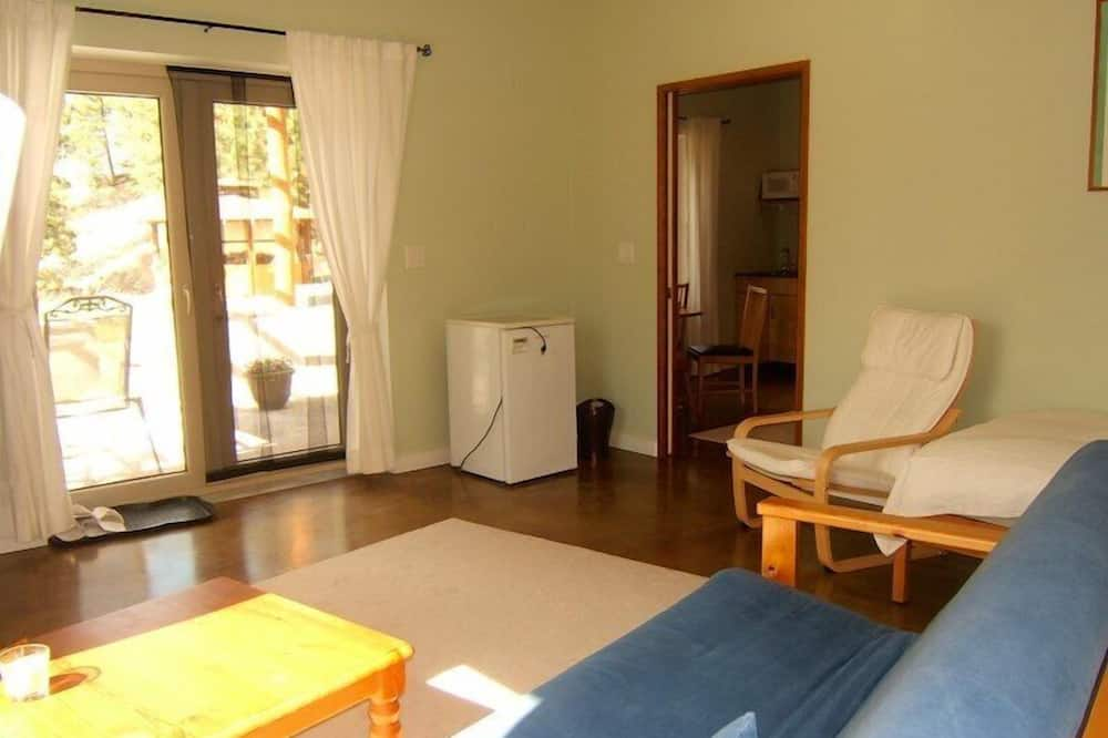 Suite, 1 Bedroom, Kitchenette, Mountain View - Living Room