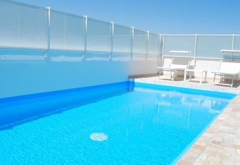 โรงแรมฟิกาโร แอนด์ อพาร์มเมนท์ส, เปซาโร, สระว่ายน้ำ