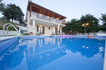 Enter your dates to get the best Skiathos hotel deal