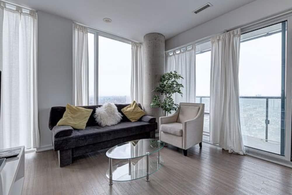 Панорамные апартаменты, 2 спальни, терраса, вид на город - Гостиная