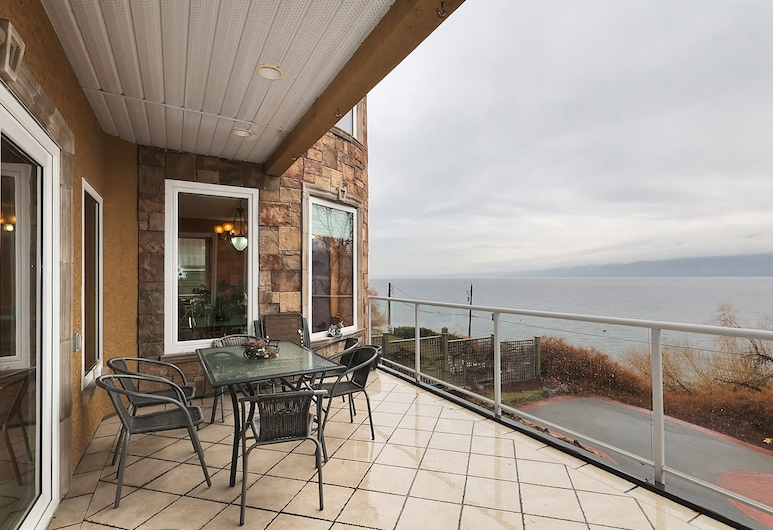 Beach Ave Castle Luxury Vacation Rental, Peachland, Luxury House, 3 Bedrooms, Kitchen, Beach View, Balcony