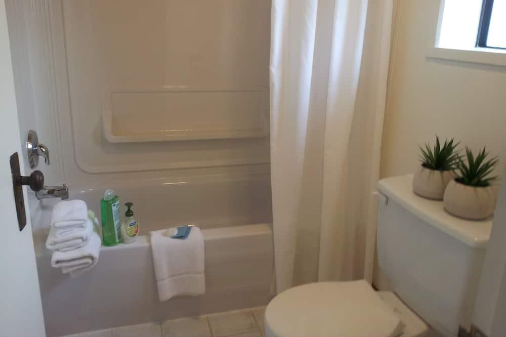 Queen Room with Garden View - Bathroom