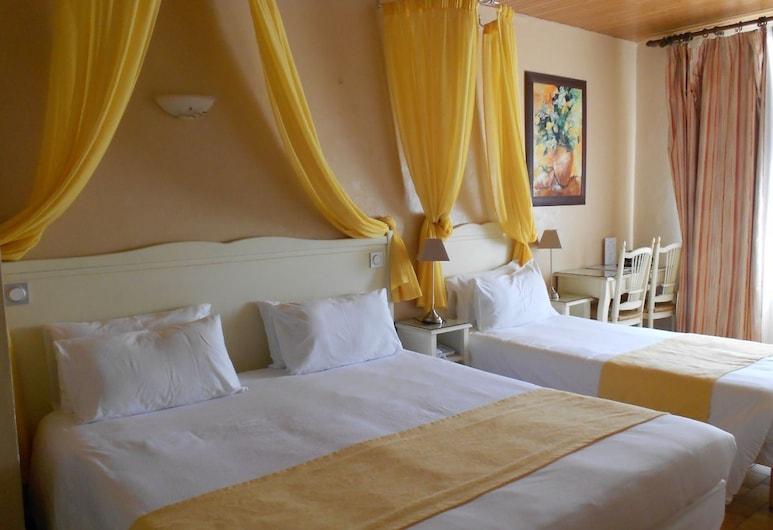 Hôtel Médieval, Avignon, Superior Triple Room, Guest Room