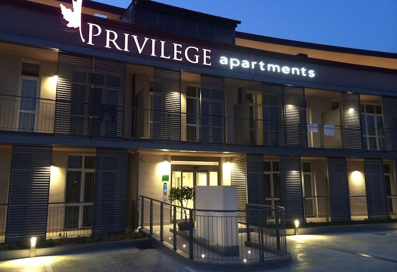 Privilege Apartments, Vimercate, Facciata della struttura di sera
