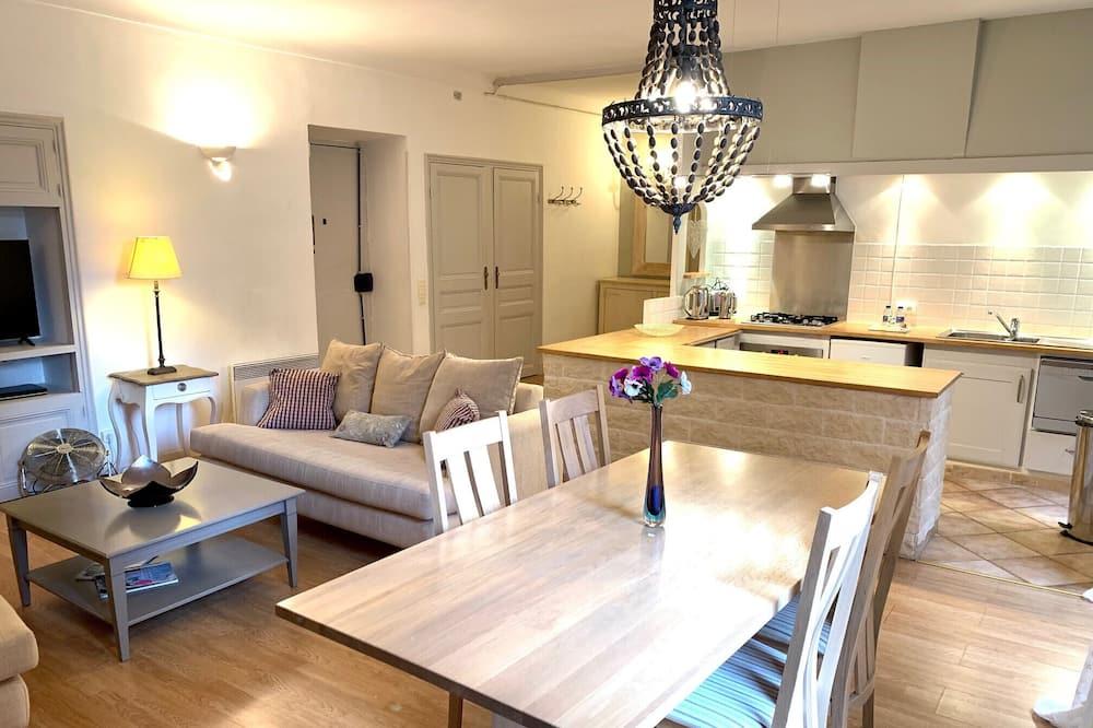 Superior-Apartment - Essbereich im Zimmer