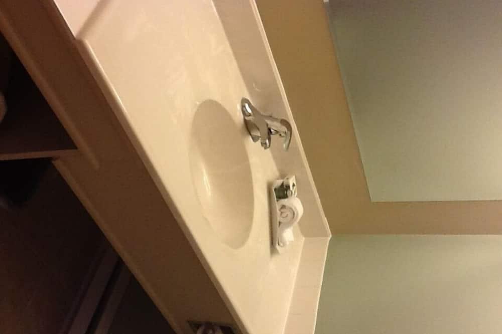Habitación tradicional, 2 camas dobles - Lavamanos en el baño