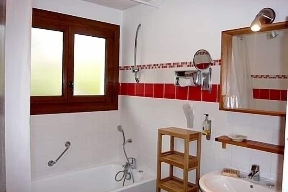 Standard Triple Room, 1 Bedroom, Private Bathroom - Bathroom