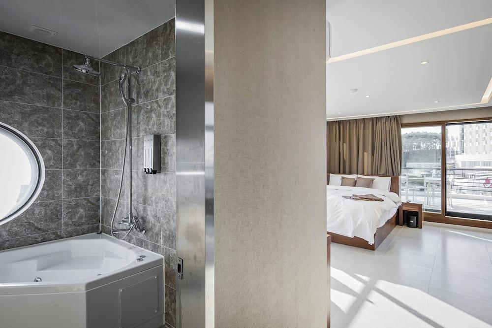 Suite Party Room - Bathroom
