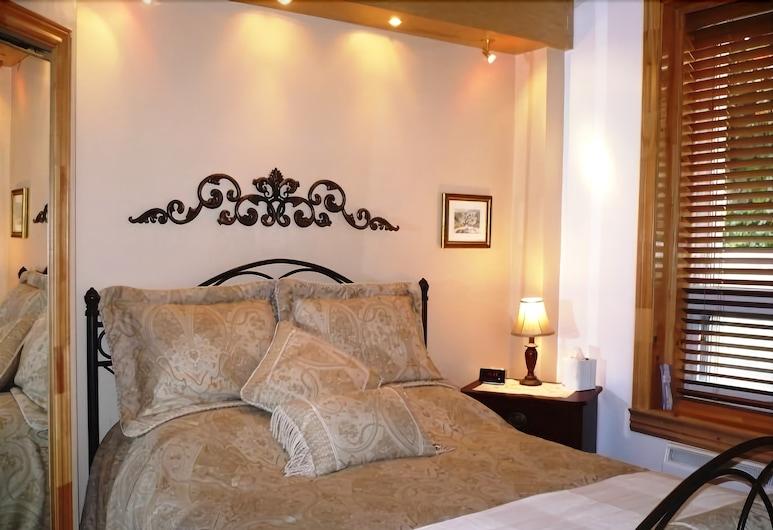 Le Sieur de Joliette, Montreal, Superior Room, 1 Queen Bed, Jetted Tub (Nolan), Guest Room
