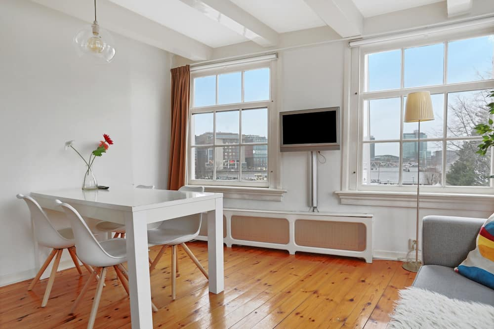 City Apartment, 2 Bedrooms, City View - Living Area