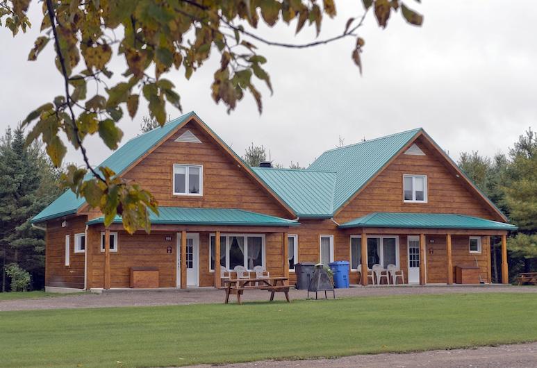 Ermitage Saint-Antoine, Lac-Bouchette, Bagian Depan Hotel