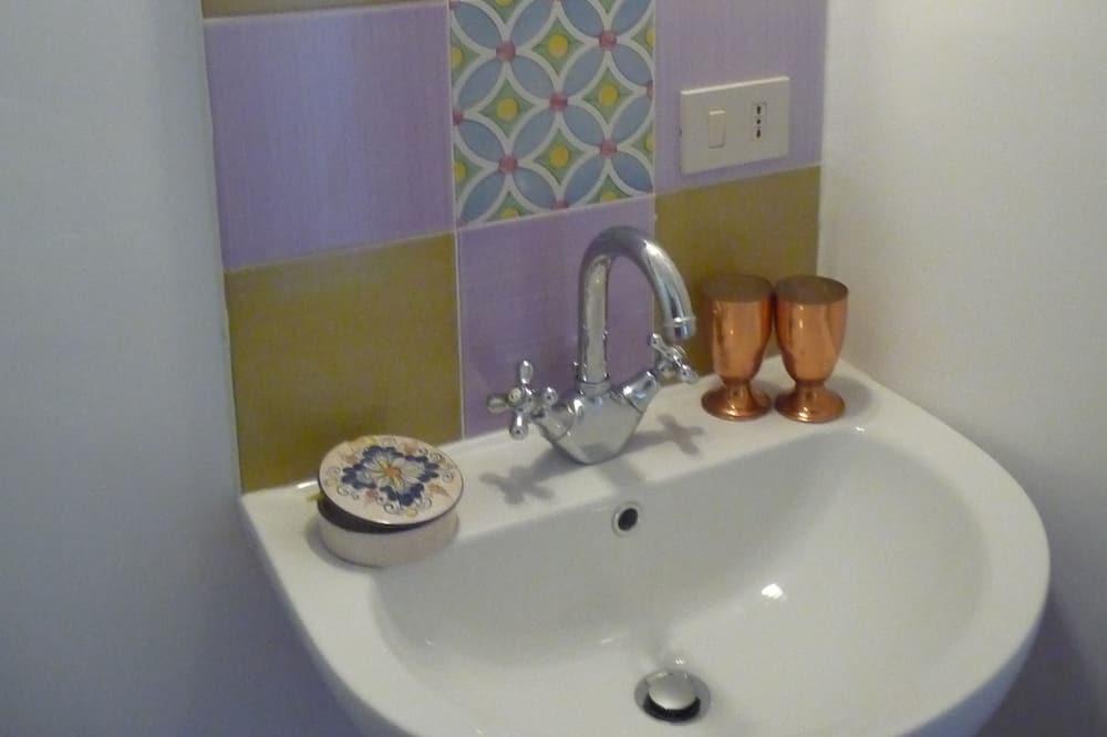 Double or Twin Room - Sink Bilik Mandi