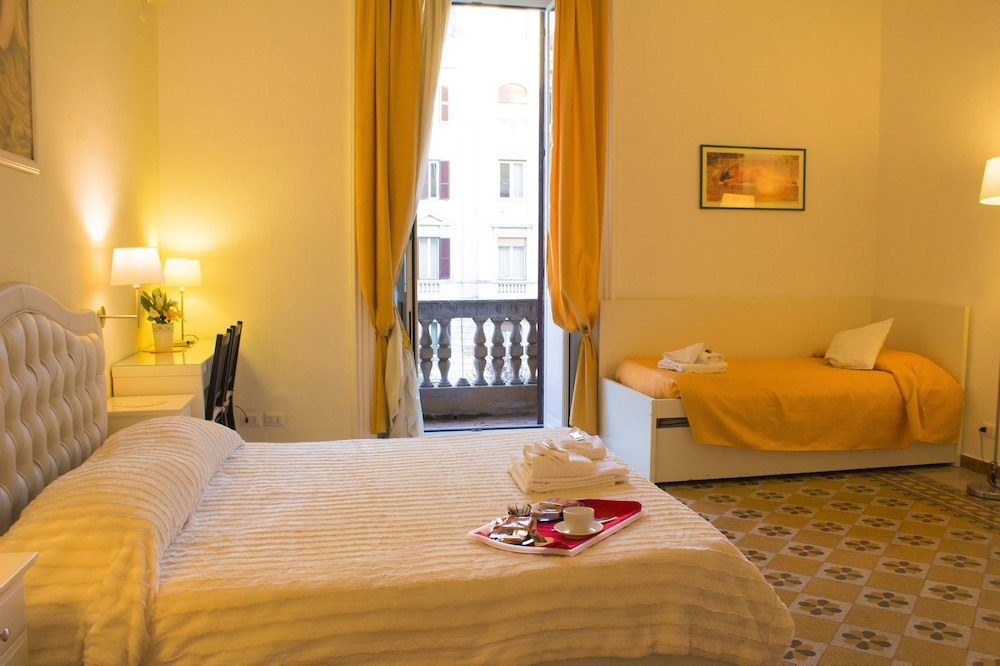 Orsini Reali Bu0026B, Rome, Luxury Quadruple Room, Multiple Beds, Guest Room