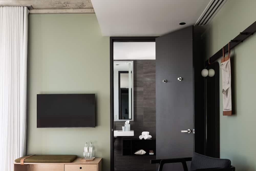 Standard szoba, 1 king (extra méretű) franciaágy, erkély, kilátással a városra - Nappali rész