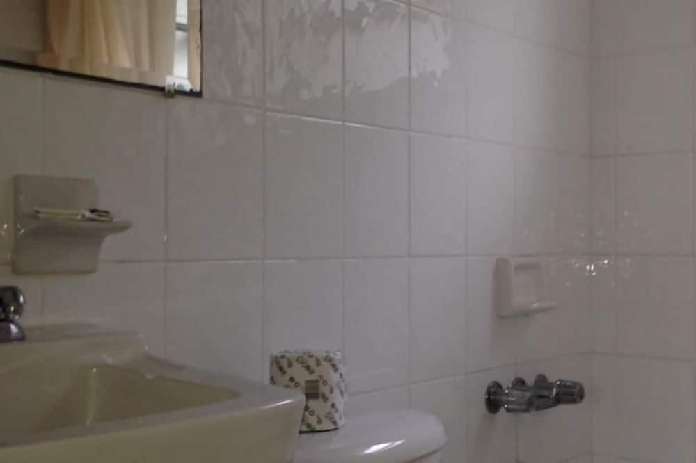 Standard Room, 1 Queen Bed, Smoking (If No Show, 1 Night Rent is Charged) - Bathroom