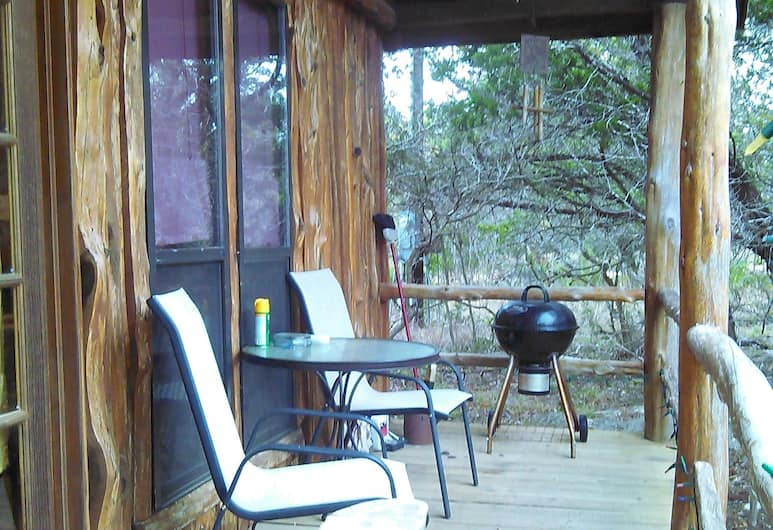 Trail's End Hill Country Cabins, Kerrville, Deluxe cottage, 1 queensize bed, uitzicht op park, Terras