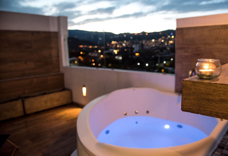 Hotel Toscana Plaza, קאלי, סוויטת דה-לוקס, מיטת קינג, אמבט זרמים, נוף לעיר, מרפסת/פטיו
