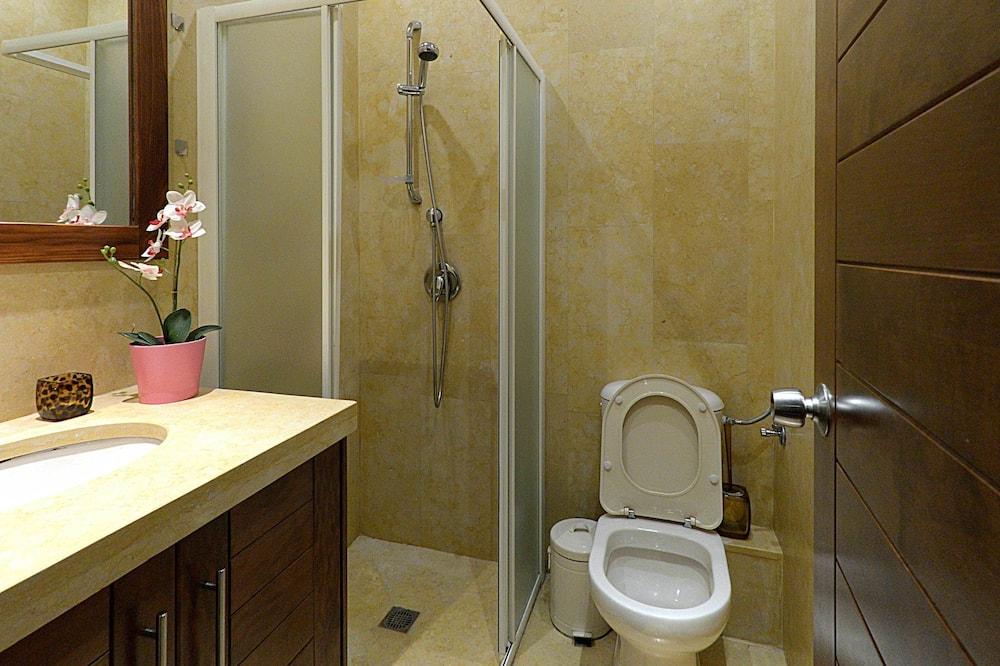 Luxury Studio (Van Morrison Suite) - Bathroom Shower