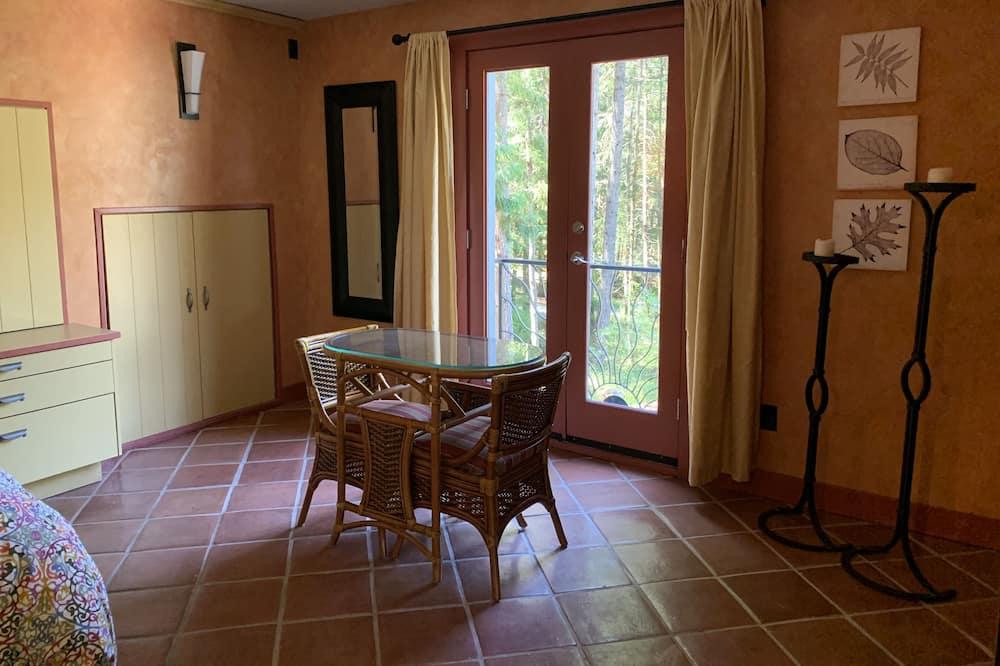 Loftsrom – romantic, 1 queensize-seng, spabadekar, hageområde - Oppholdsområde