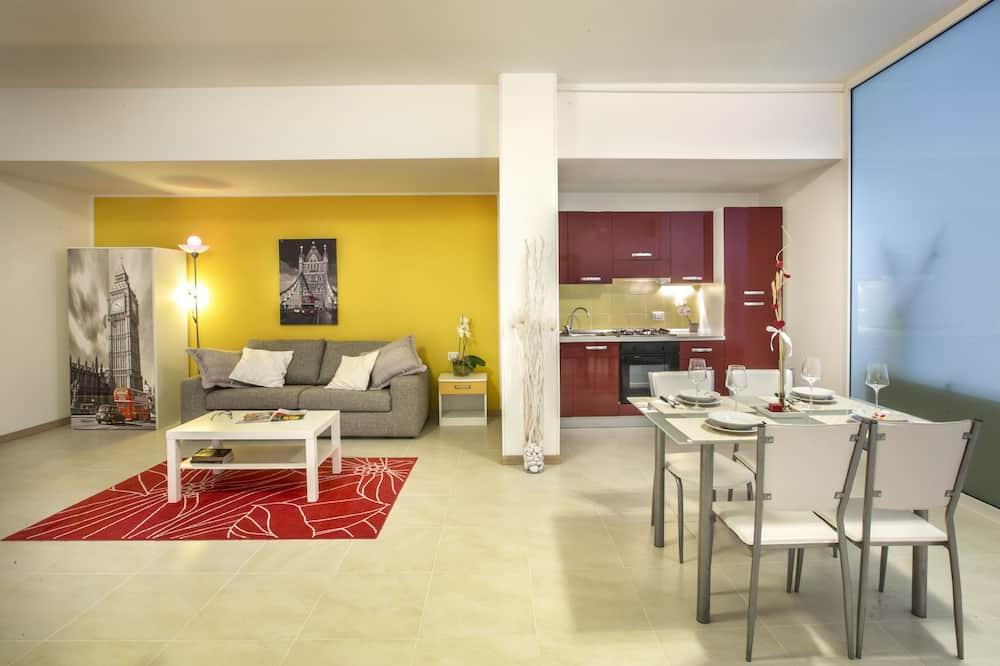 غرفة علوية واسعة - سرير كبير مع أريكة سرير - بمطبخ - بجانب المسبح - منطقة المعيشة