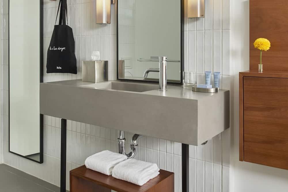 1 Queen Bed (Courtyard) - Bathroom