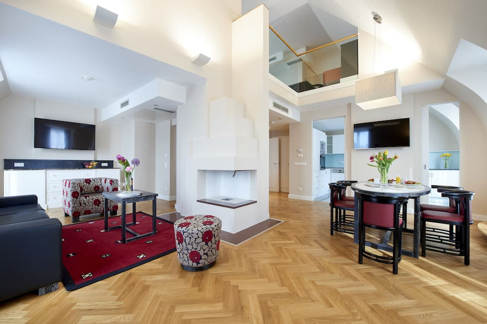 City Penthouse, 2 Bedrooms, City View - Living Area