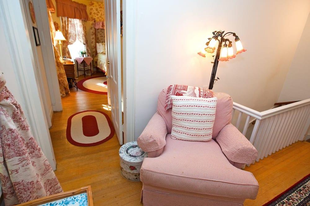 Comfort Room, 1 Queen Bed, Ensuite (Rose Room) - Living Area