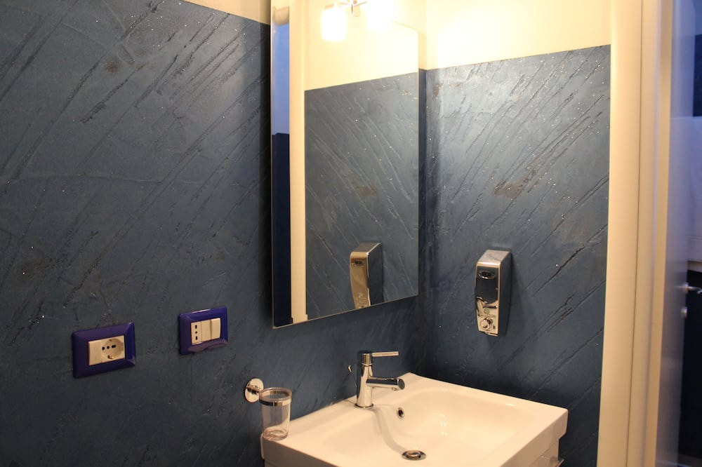 Deluxe Quadruple Room (Rossa) - Bathroom