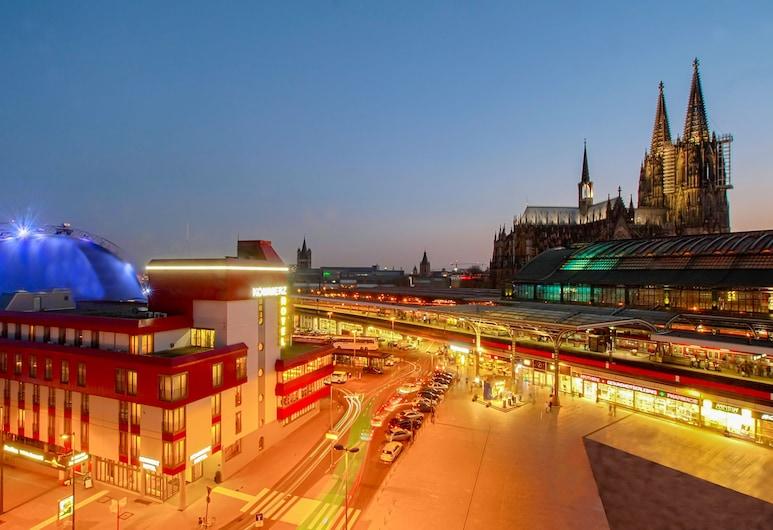 Centro Hotel Kommerz, Köln, Hotelfassade am Abend/bei Nacht