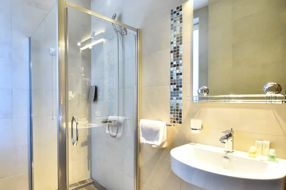 Triple room with parking spot - חדר רחצה