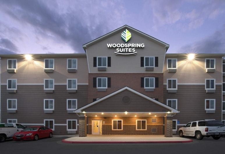 WoodSpring Suites Kansas City Stadium, Kansas City, Průčelí hotelu ve dne/v noci
