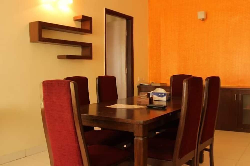 Standard Apartment, 3 Bedrooms, City View - In-Room Dining